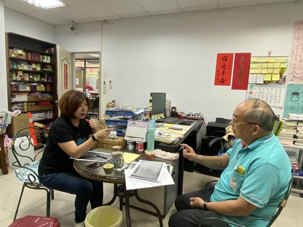 市議員宋瑋莉與壯觀里長楊添發針對該區內高地社區用水問題進行研討。(吳康瑋攝)