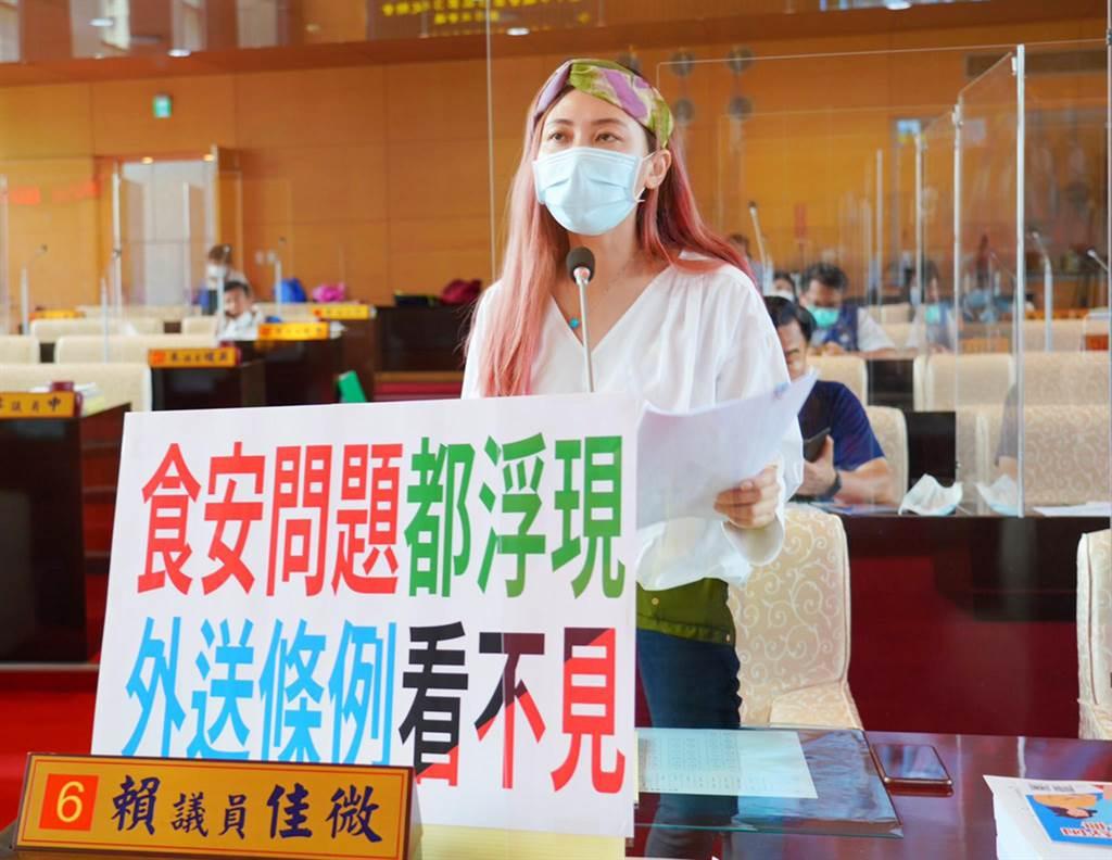 台中市議員賴佳微為食安把關,今天要求市府制定外送自治條例。(陳世宗攝)
