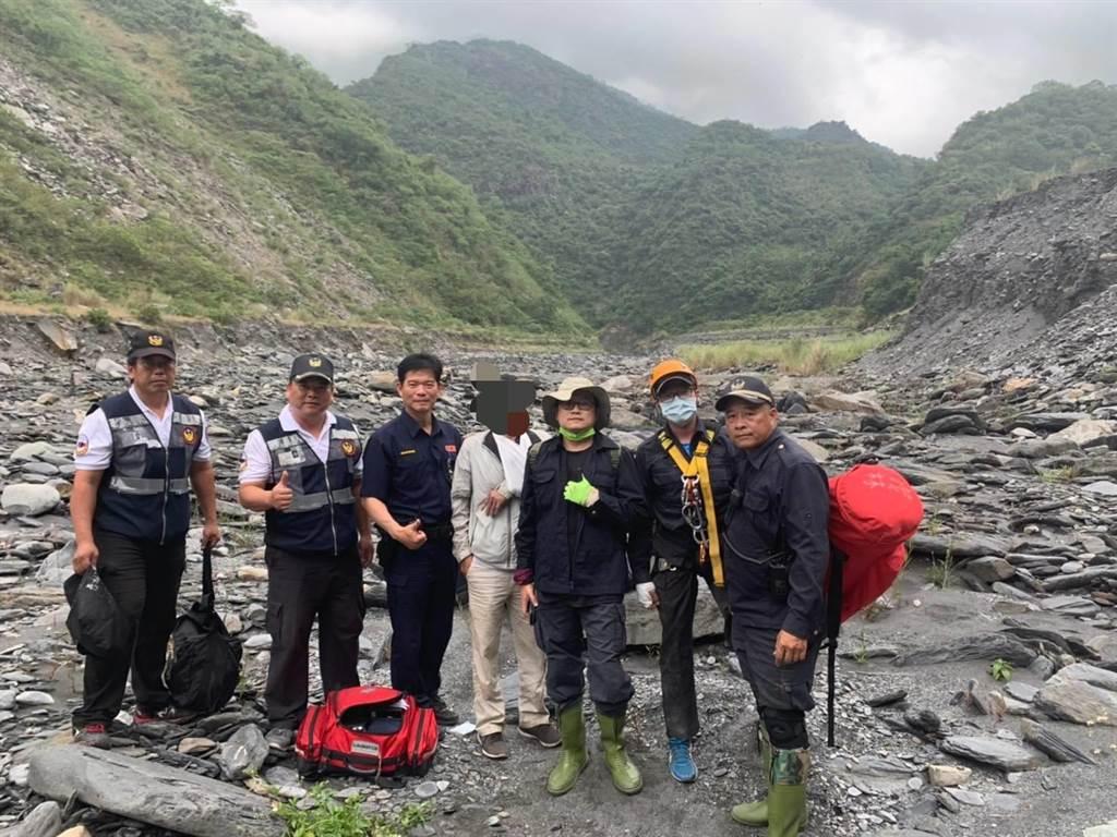 警方發現迷失山區的李男,順利將他救援下山。(翻攝照片/林雅惠傳真)