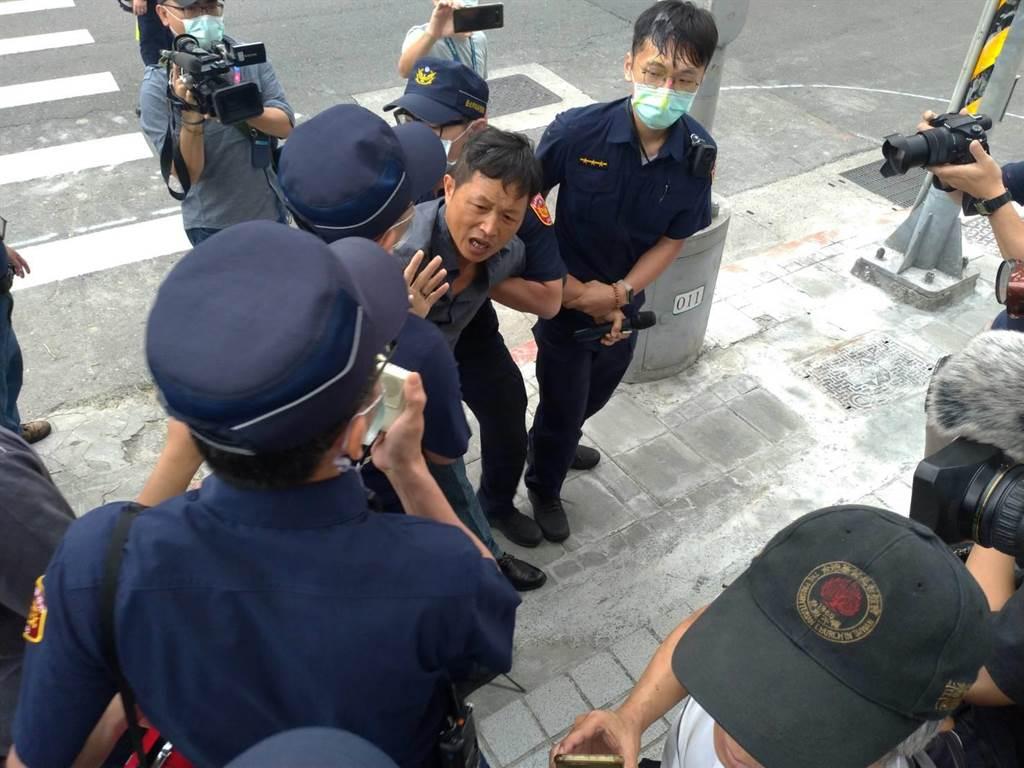 丟雞蛋的台灣國辦公室主任陳峻涵被警方依現行犯逮捕。(黃福其攝)