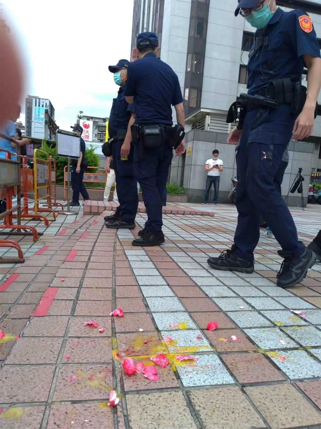 台灣國辦公室到國民黨中央黨部砸一盒雞蛋抗議,地上留下蛋殼及蛋汁。(黃福其攝)