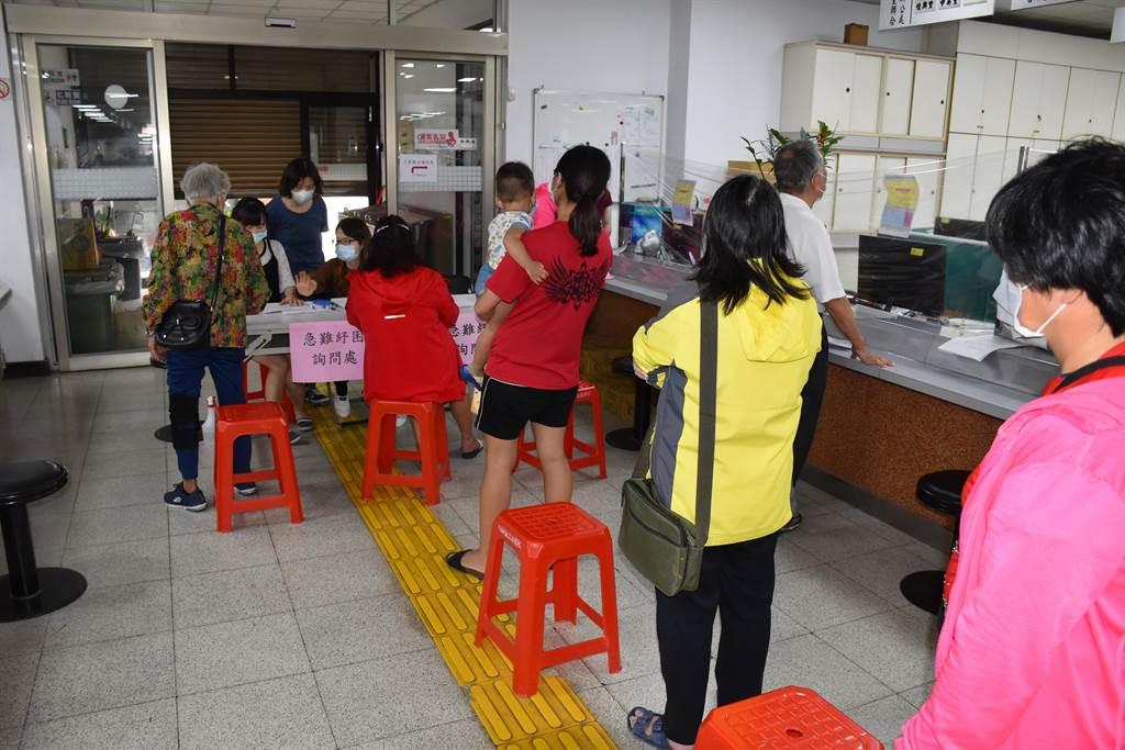 竹南鎮公所一早就湧入申辦人潮,社會課緊急開設急難紓困詢問檯,專門受理申辦。〔謝明俊攝〕
