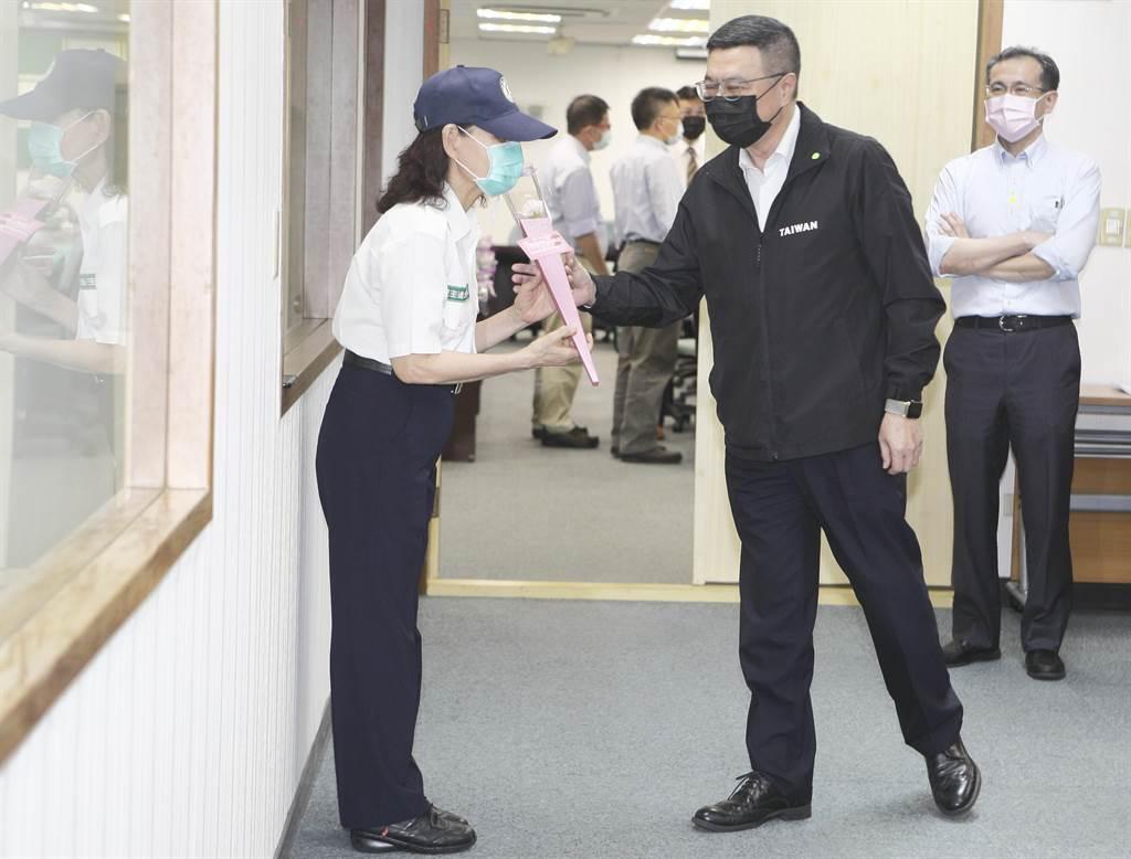 民進黨主席卓榮泰(右二)6日在中常會前分送康乃馨給現場媒體與女性黨工,預祝全天下的媽媽母親節快樂。(張鎧乙攝)