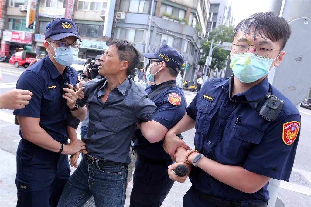 多名員警遭蛋洗,陳峻涵(左二)立刻被優勢警力架離。(黃世麒攝)