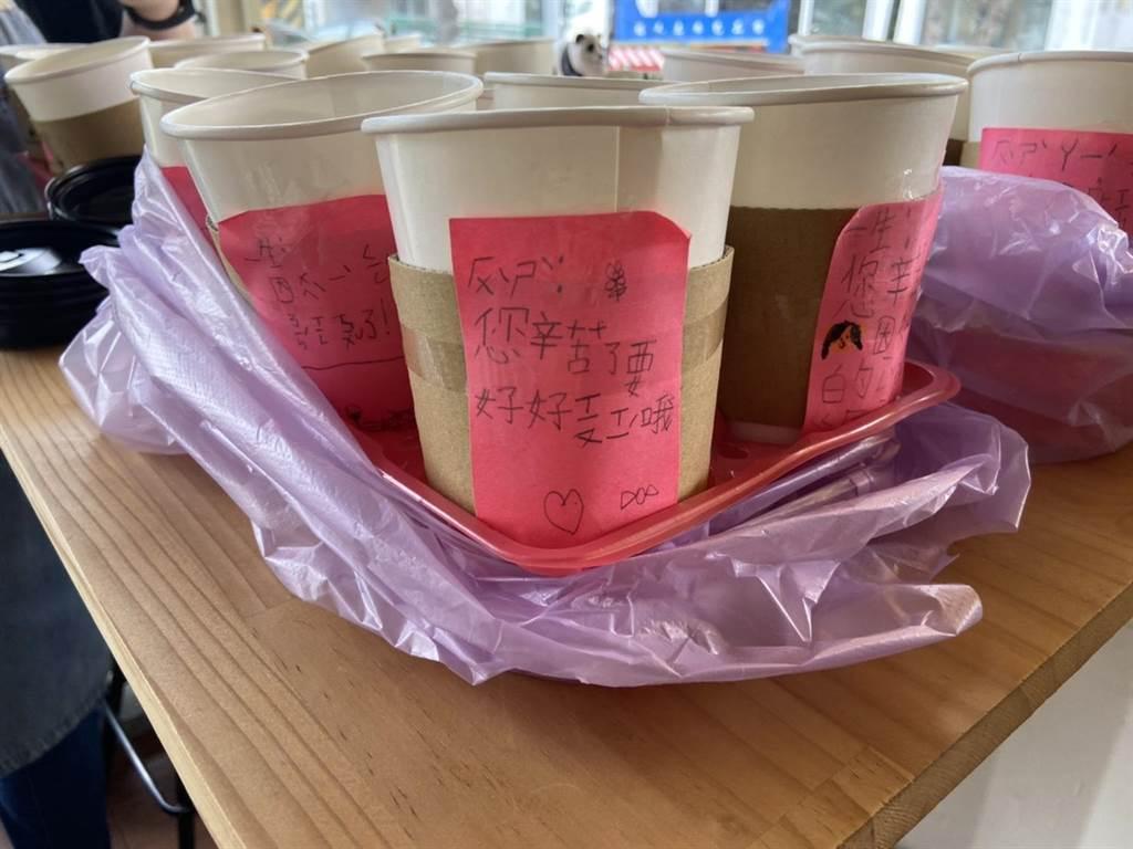苗栗市咖啡店家David House捐贈100杯咖啡,6日送抵苗栗醫院,向醫護人員感謝、致敬。(何冠嫻攝)