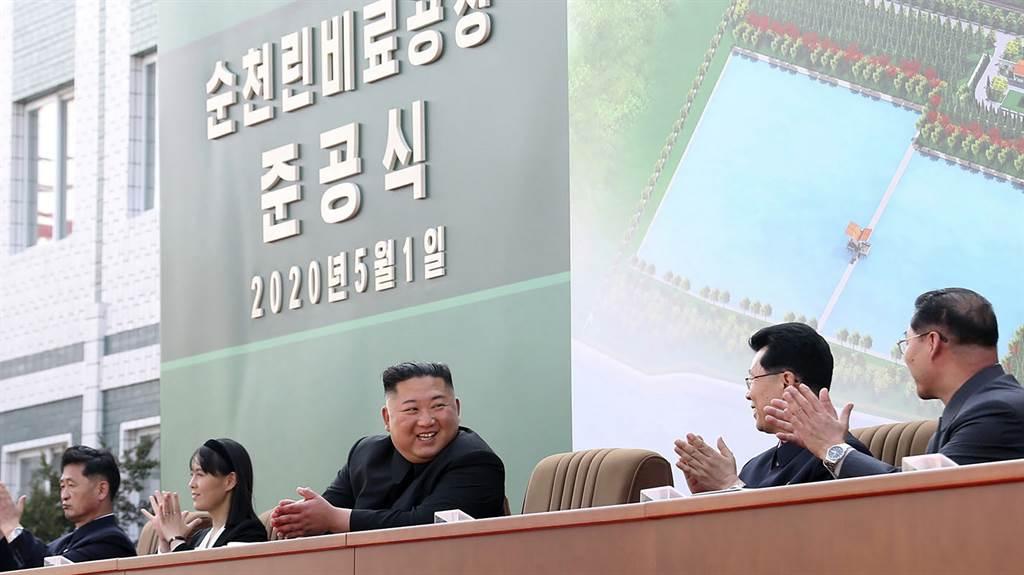 專家注意到,就在金正恩出席剪綵儀式時,金與正破例與他一同坐在主席台排第3位,「確定她是金正恩政權實際上的二把手」。圖為金與正坐在金正恩的右邊首位。(美聯社)
