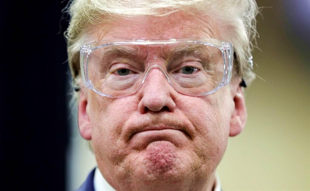 美國總統川普堅持不戴口罩,就連視察N95口罩工廠,也只願意戴護目鏡,不願戴口罩。(圖/路透社)