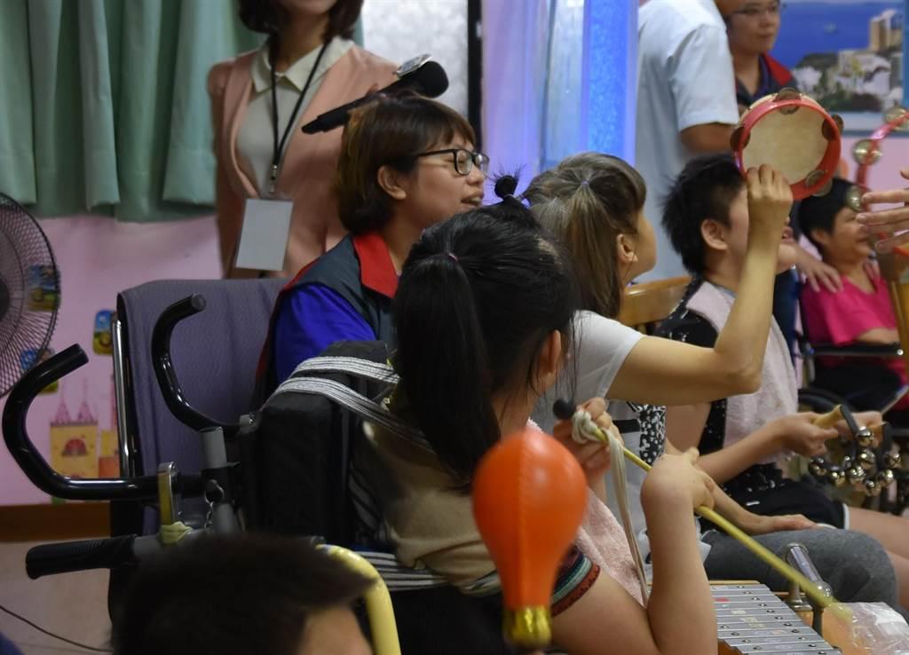 世光教養院服務對象以重症為主,教保員用心照顧住民。(本報資料照/莊旻靜攝)