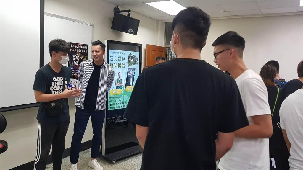 台啤球星簡祐哲(左二)受邀到明新科技大學分享其經驗。(校方提供/莊旻靜新竹傳真)