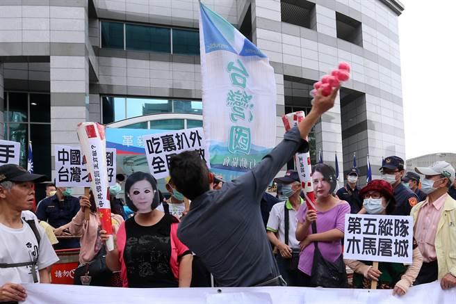 台灣國辦公室主任陳峻涵(中背對者)突襲砸蛋。(黃世麒攝)
