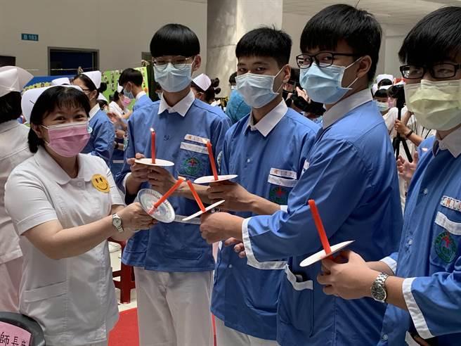 慶祝護師節新生醫專為學生加冠。(呂筱蟬攝)