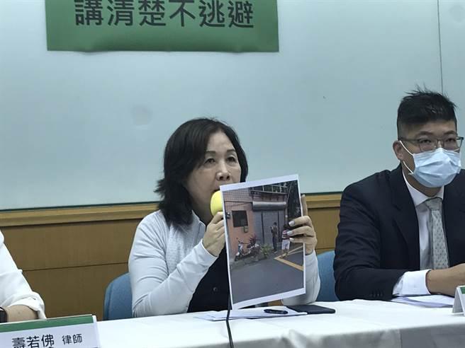 民進黨北市黨部主委候選人薛凌6日舉行記者會,出示照片,控訴對手王孝維黑道跟監,並對王提出誹謗告訴。(張穎齊攝)