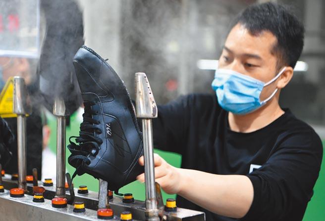 六保包含保障產業鏈供應鏈穩定。圖為莆田市城廂區一家鞋企生產線。(新華社資料照片)