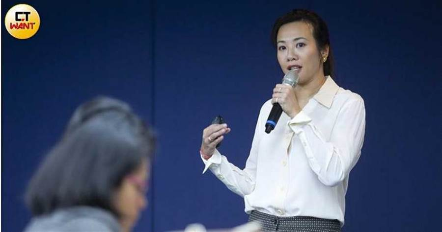 吳欣盈口條清晰、個性外放,經常到大學院校分享國外退休理財與長照政策實例,鼓勵新世代盡早規劃未來。