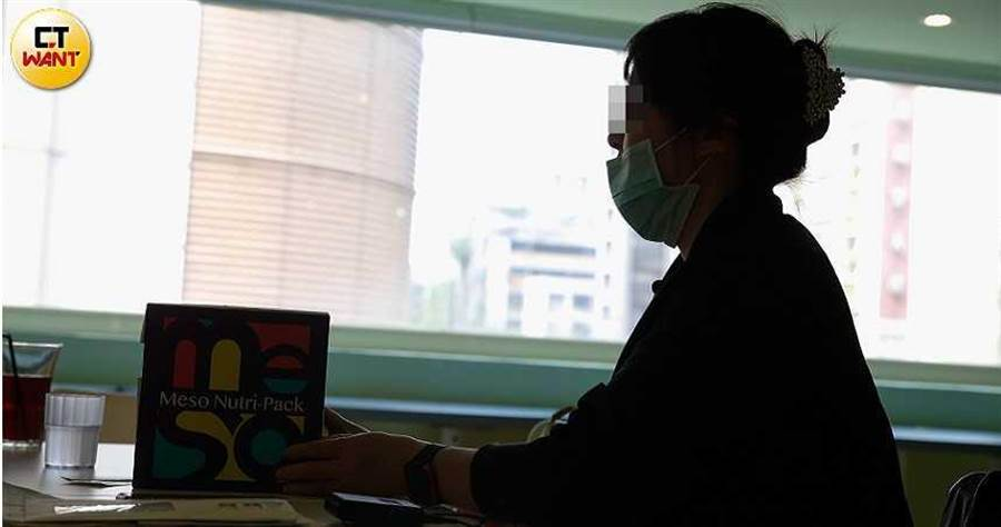 身為劉乂鳴病患之一的阿霞飽受二尖瓣脫垂、靜脈栓塞所苦,她發現逆轉療程根本沒用,甚至造成她的病情更為嚴重。(圖/黃耀徵攝)