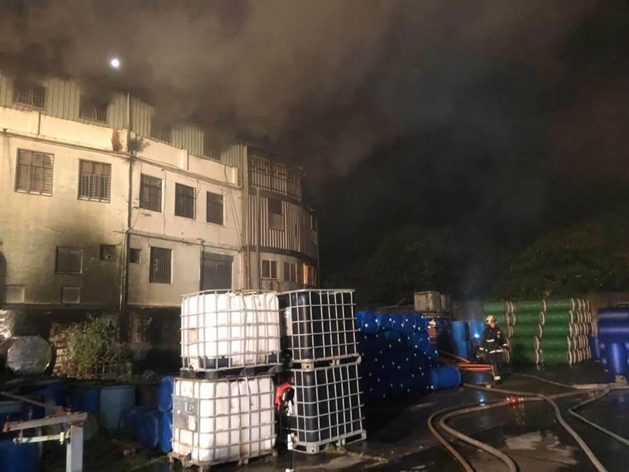 新北市五股一處化工廠6日傳出火警。(新北市消防局提供)