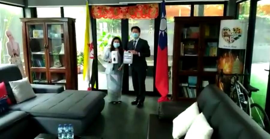 駐汶萊代表李憲章(右)聯繫台灣企業捐贈汶萊華校防疫物資。(取自駐汶萊代表處臉書)