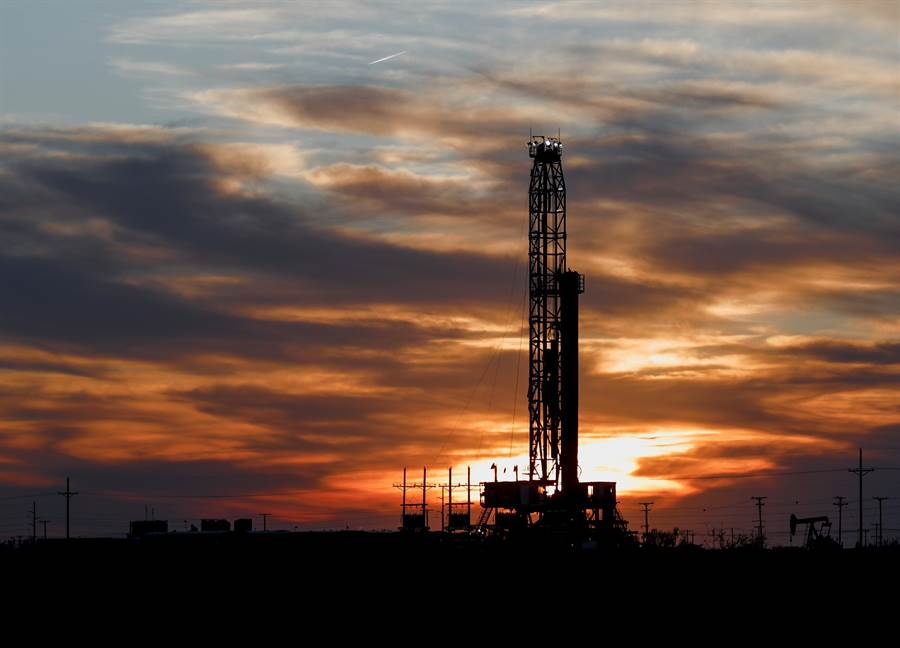 美國總統川普昨(5日)在推特上發文表示,看好需求回升帶動油價良好的上漲,此外,包括高盛、瑞銀近期也出聲看好油市後續表現。(圖/美聯社)