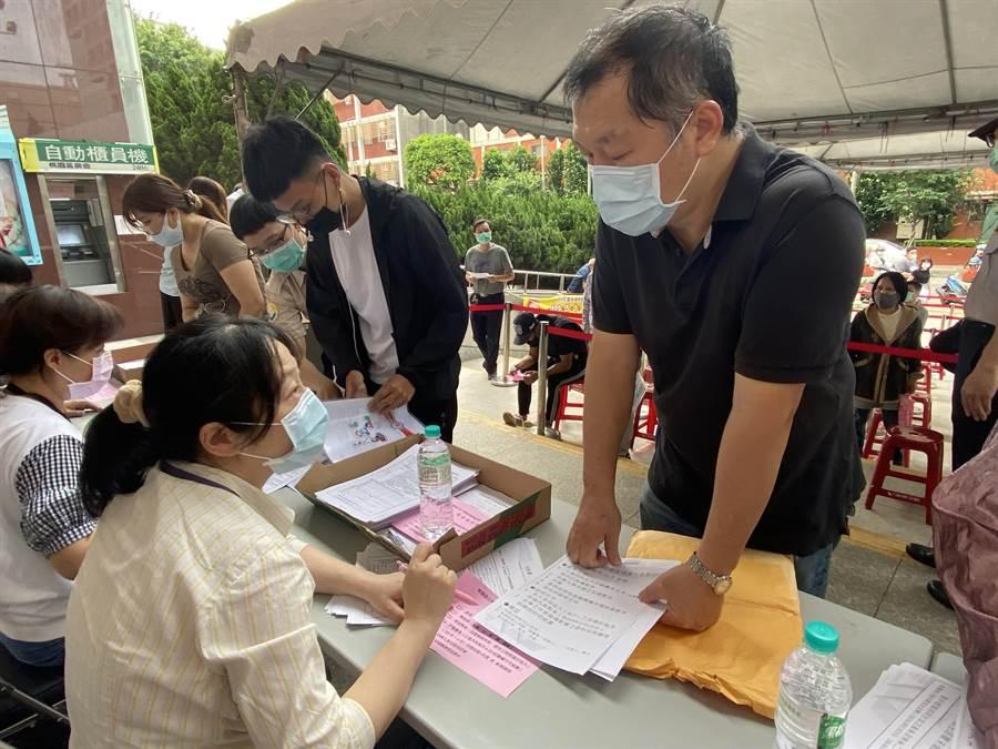 桃園區公所祭出6櫃台第一階段審核文件。(蔡依珍攝)