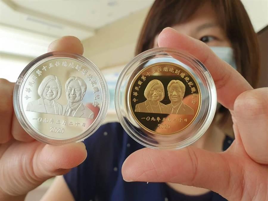 中央銀行宣布發行「中華民國第十五任總統副總統就職紀念幣」,5月7日開始網路申購,5月20日現場排隊開賣,雙軌並行。(圖/呂清郎)