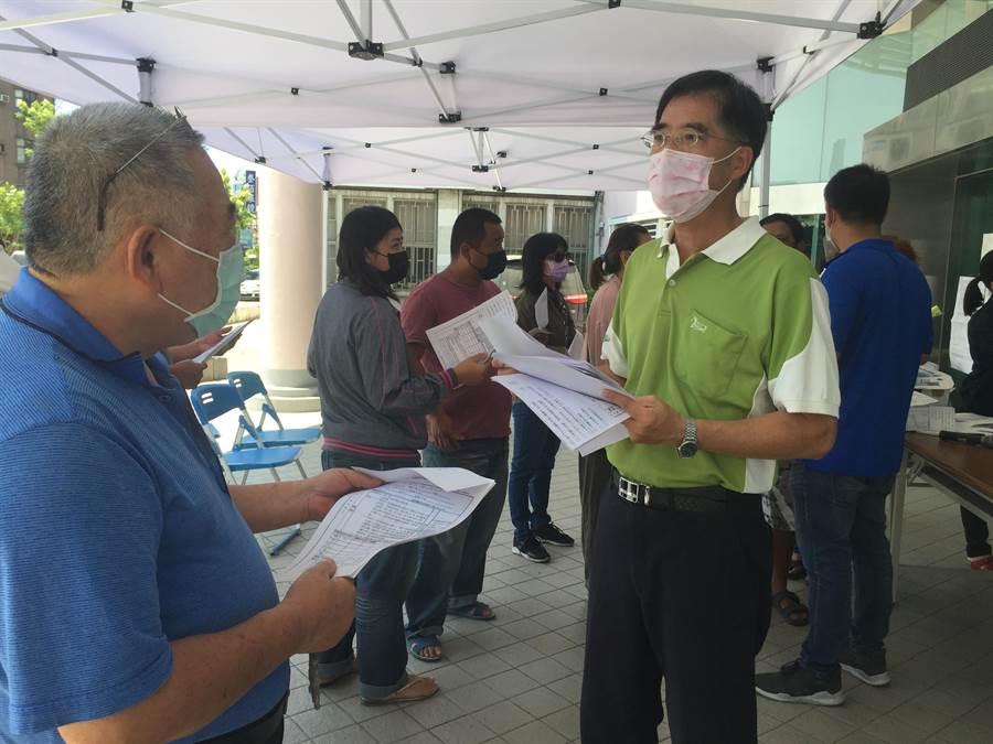 台南市仁德區公所一早湧入300人詢問紓困方案。(曹婷婷攝)