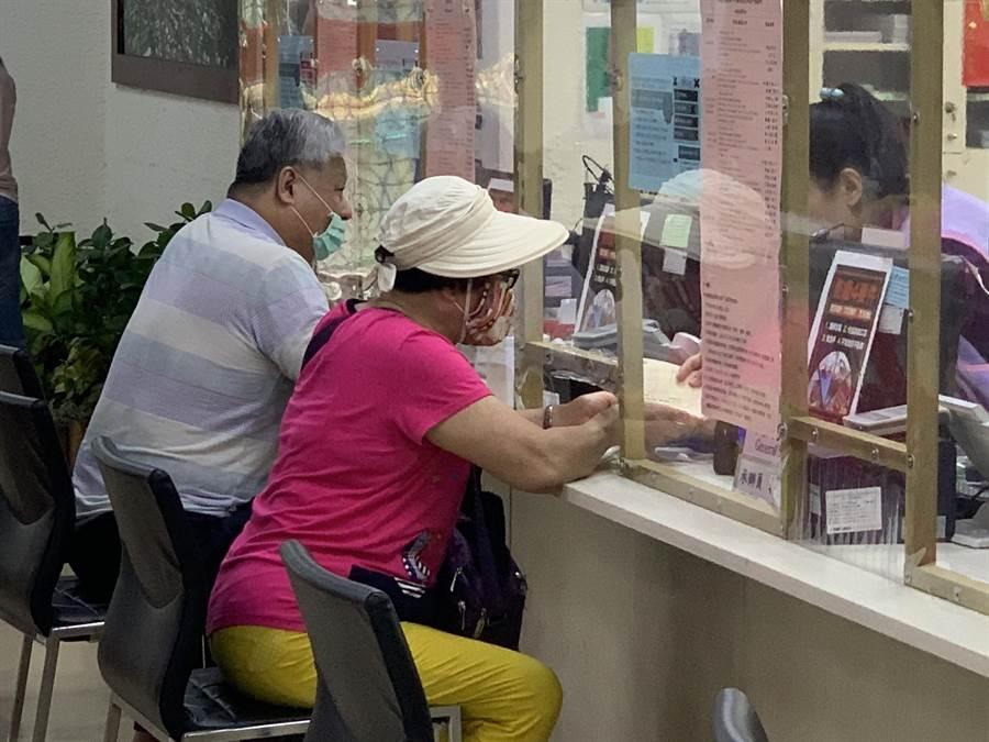 板橋區公所上午也出現申辦急難紓困人潮。(王揚傑攝)