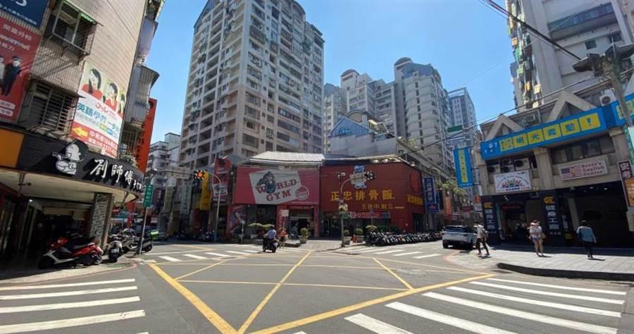 新莊中和街去年10月交易的億元店面現為正忠排骨飯營業中。(圖/業者提供)
