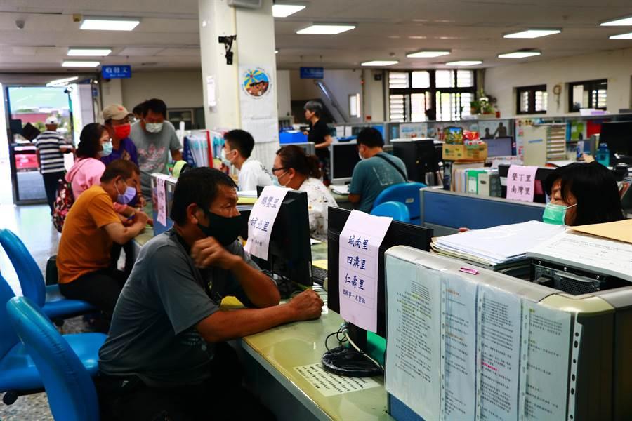 從紓困消息傳開後,恆春鎮公所的電話幾乎天天被打爆,直接跑到公所詢問的更是多。(謝佳潾攝)