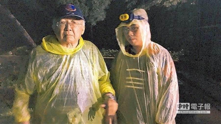 台灣建國工程隊成員郭志剛(左)以乙炔切割蔣公銅像遭警方當場逮捕,士林地院以銅像整體並未受損,民眾仍可瞻仰緬懷先人,判決郭2人無罪。(報系資料照/李文正台北傳真)
