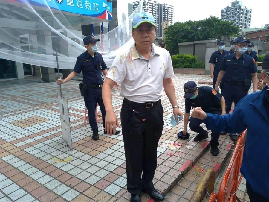 中山分局副分局長劉珩被砸了一身雞蛋,一旁員警也被波及。(黃福其攝)