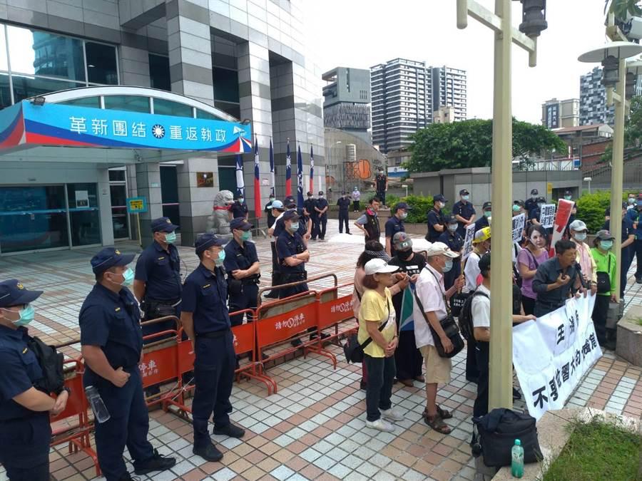 台灣國辦公室十多人到國民黨中央黨部抗議,數十警力嚴陣以待,還架起攔物網。(黃福其攝)