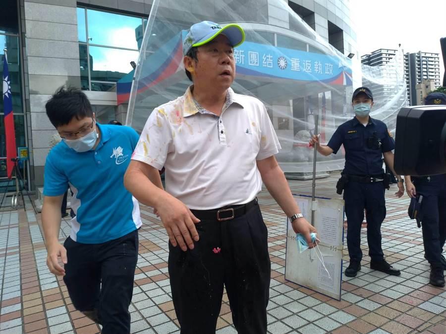 中山分局副分局長劉珩被陳峻涵拿雞蛋砸中,一身蛋汁。(黃福其攝)