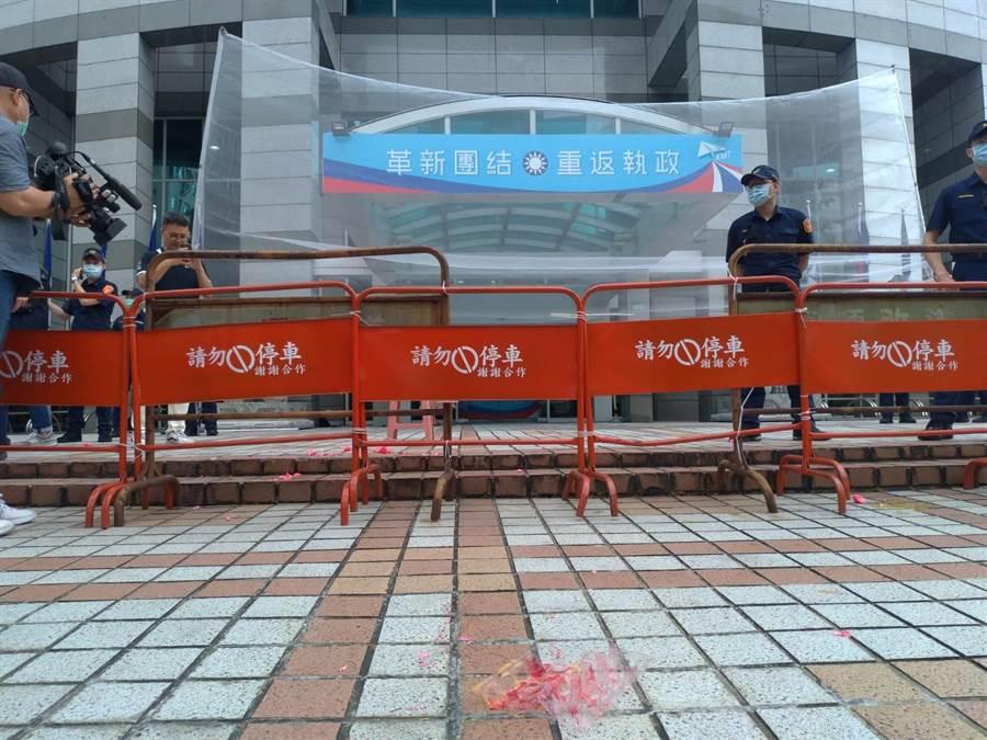 台灣國辦公室到國民黨中央黨部抗議,砸了一盒雞蛋後,陳峻涵遭逮捕,其他人散去,地下留下蛋盒。(黃福其攝)