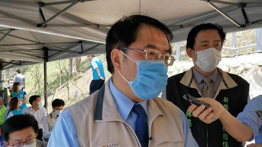 台南市長黃偉哲(左)表示,這波的紓困方案台南約有1.8萬人受惠。(劉秀芬攝)