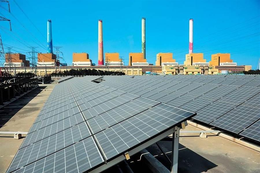 台電今天宣布拿到再生能源售電業執照,預計6月起開賣手上綠電,將成國內最大賣家。圖為台電台中火力電廠旁的太陽光電案場。(圖:台電提供)