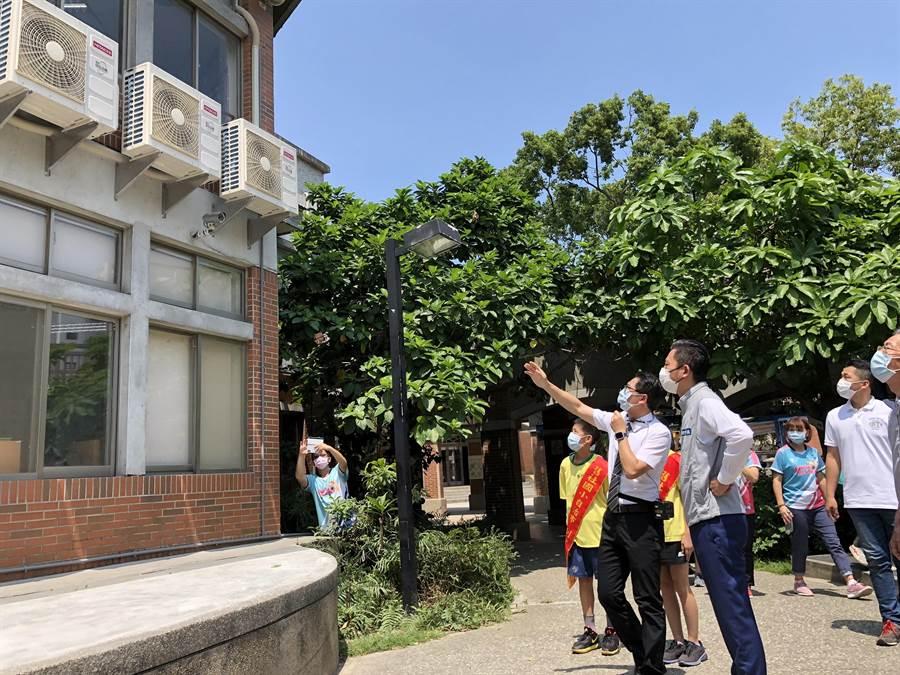 新竹市長林智堅(右)6日至舊社國小勘查冷氣裝設情形。(陳育賢攝)