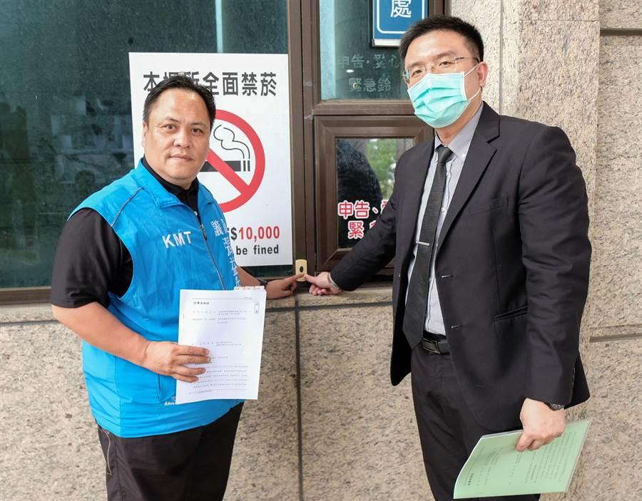 縣議員張益生(左)由律師陪同到地檢署按鈴控告余筱菁加重誹謗罪。(羅浚濱攝)