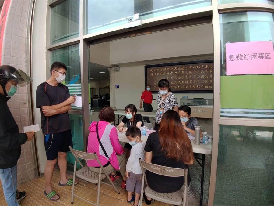 鹿港鎮公所在大門口設急難紓困諮詢櫃台。(吳敏菁攝)