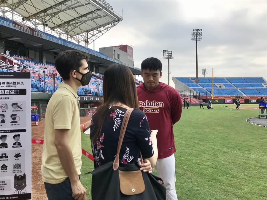 《紐約時報》記者在2日前往桃園球場採訪朱育賢等人。(鄧心瑜攝)