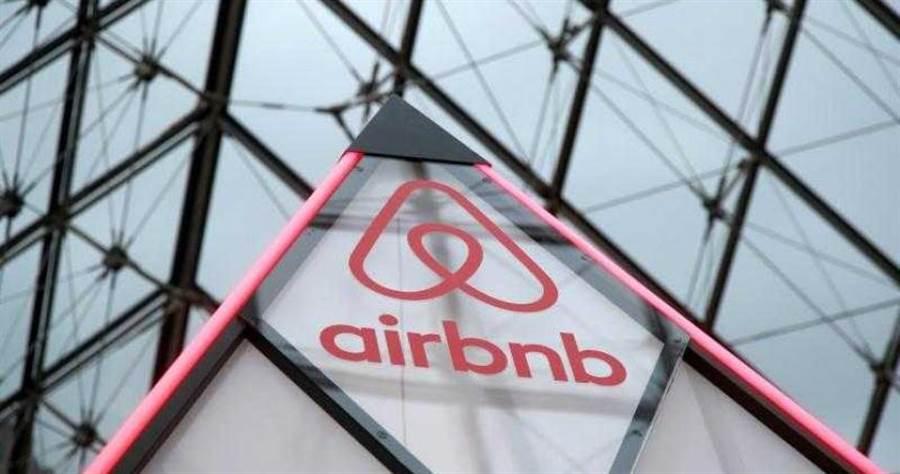 Airbnb宣布裁員25%,執行長切斯基痛心發信。(圖/Reuters)