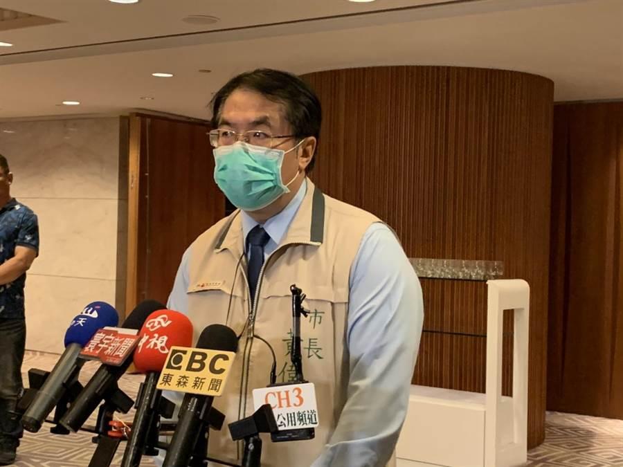 台南市長黃偉哲6日下午針對紓困之亂表示,民眾在簽下切結書後,就須自負法律責任。(李宜杰攝)