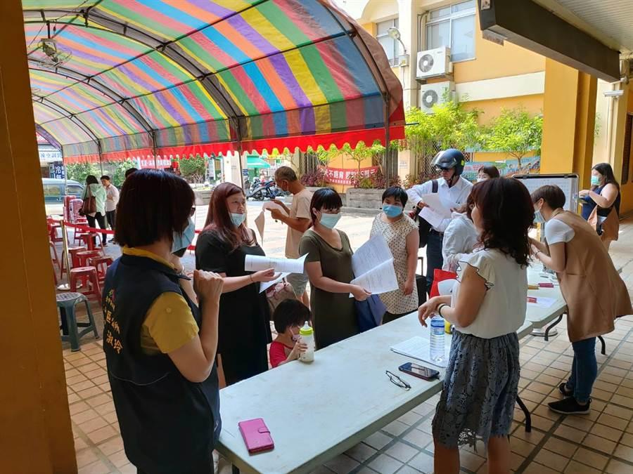 一大早許多民眾湧進台中市各區公所,太平區公所備1000份文件讓民眾申請。(翻攝照片/張妍溱台中傳真)