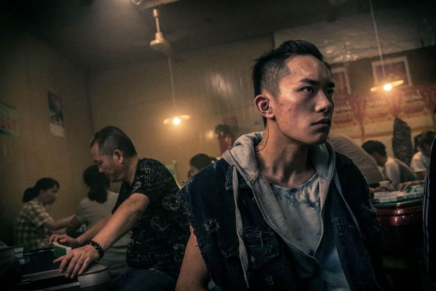 易烊千璽在《少年的你》形象大翻轉,奪最佳新演員。(Netflix提供)
