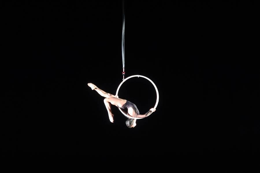 高空環表演者鄧瑋婷的唯美演出,令全場驚豔。(全民大劇團提供)