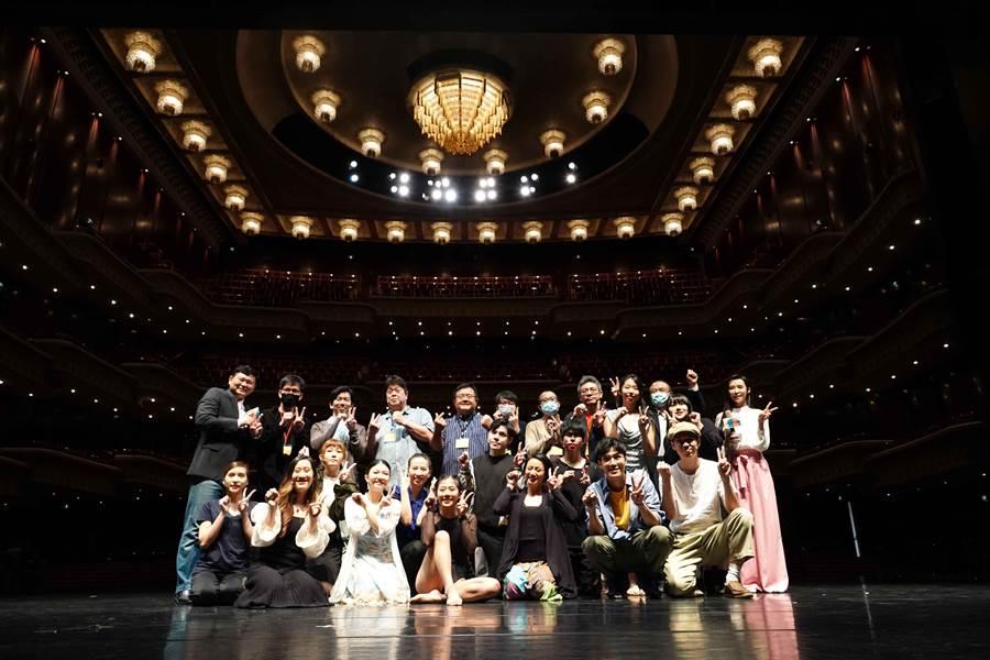 由全民大劇團主辦的舞台劇潛力新星徵選會,召集來自8個劇團的劇場人擔任評審,希望挖掘擁有表演夢的年輕人,希望他們不因疫情而使夢想消逝。(全民大劇團提供)
