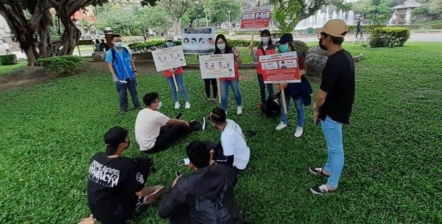 台中市勞工局在台中公園以多國語言向移工加強防疫宣導。(台中市府提供/盧金足台中傳真)