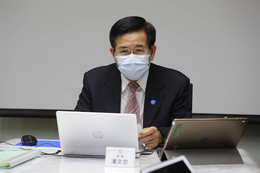 教育部長潘文忠今天透過視訊舉行部務會報,會前,他先答覆媒體提問。(教育部提供/林志成台北傳真)