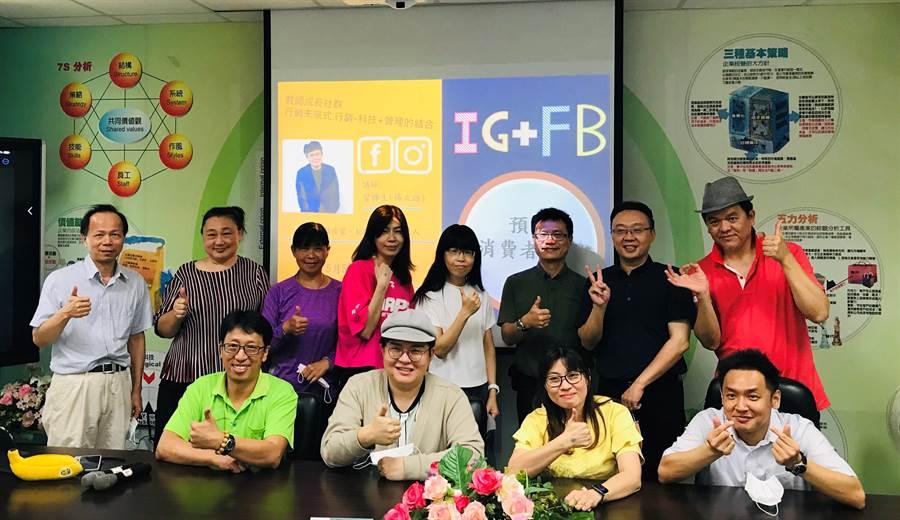 網紅「冒牌生」(前排左二)到樹德科技大學與師生交流。(樹德科大提供/林瑞益高雄傳真)