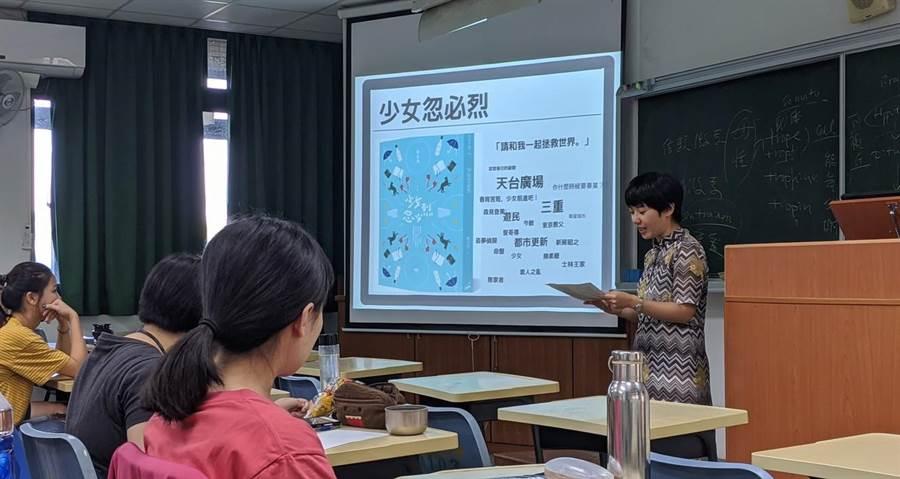 新銳小說家陳又津(右)到高雄大學為學生上課。(高雄大學提供/林瑞益高雄傳真)