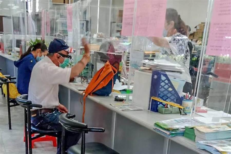 沒工作也沒收入的阿伯到竹東鎮公所要申請紓困金,和承辦人發生爭吵。(羅浚濱攝)